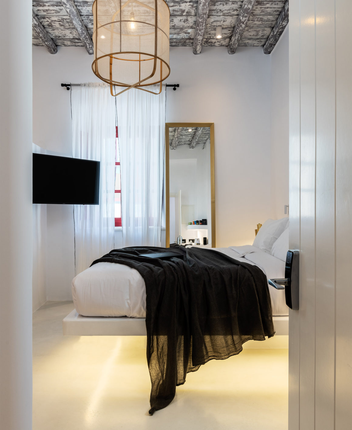 The TownHouse Mykonos Superior Chic Bed